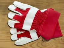 Röda och vita funktionsdugliga handskar Fotografering för Bildbyråer