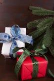 Röda och vita gåvaaskar Royaltyfria Bilder