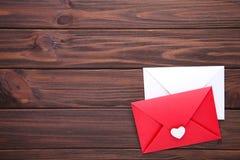 Röda och vita kuvert på brun bakgrund arkivfoton