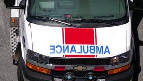 Röda och vita nöd- ljus som exponerar på ambulansbilen stock video
