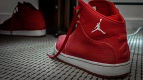 Röda och vita Nike MJ 23 basketgymnastikskor royaltyfria foton