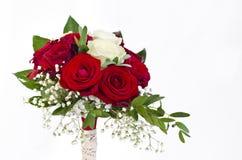 Röda och vita rosor som gifta sig buketten Fotografering för Bildbyråer