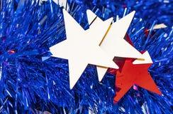Röda och vita stjärnor framme av blå glitterbakgrund för 4th Juli eller minnesdagen Fotografering för Bildbyråer