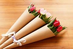 Röda och vita tulpan på en träbakgrund Royaltyfria Bilder