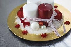 Röda och vitstearinljus med julbollar Royaltyfri Bild