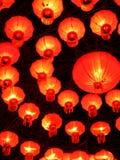 Röda orange hängande kinesiska lyktor Arkivfoto