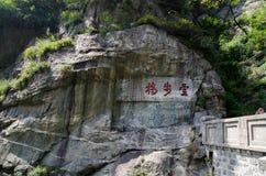 Röda ord på stenen Arkivfoton