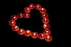 Röda tealights i hjärta formar Arkivfoto
