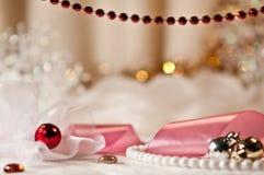 Röda pärl- och julbollar med bandet. Royaltyfri Bild