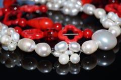 Röda pärlor och pärlor Arkivbild