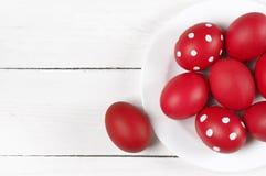 Röda påskägg i platta Fotografering för Bildbyråer