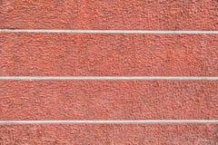 Röda packade väggar med sprickor och oriktigheter Royaltyfria Foton