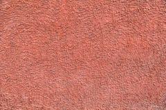 Röda packade väggar med sprickor och oriktigheter Arkivbilder