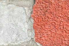 Röda packade väggar med sprickor och oriktigheter Fotografering för Bildbyråer