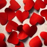 Röda pappers- hjärtor Arkivfoto