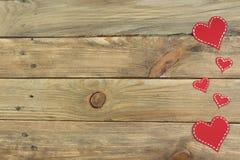 Röda pappers- hjärtor på en träbakgrund valentin för dag s kopiera avstånd Top beskådar fotografering för bildbyråer