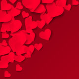 Röda pappers- hjärtor på röd bakgrund, valentinillustration Arkivfoto