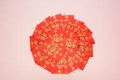 Röda pappers- innehållande pengar som en gåva Royaltyfria Foton
