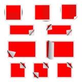 Röda pappersfyrkantklistermärkear med skuggor Arkivbilder