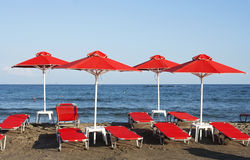 Röda parasoller på stranden Fotografering för Bildbyråer