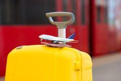 Röda pass för Closeup och liten modell för flygplan på Royaltyfri Bild
