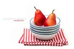 Röda pears i bunkar Arkivfoton