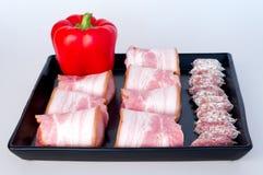Röda peppar med korvar och bacon Royaltyfri Fotografi