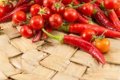 Röda peppar och ny körsbärsröd tomat royaltyfria bilder