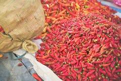 Röda peppar på matmarknad arkivbilder