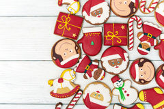 Röda pepparkakakakor för jul på träbakgrund royaltyfri bild