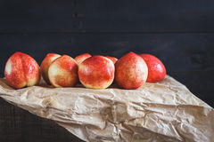 röda persikor Arkivfoton