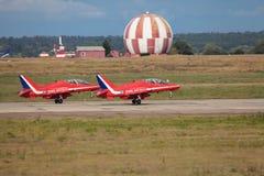 röda pilar Arkivbild