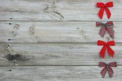 Röda pilbågar som gränsar det wood tecknet Royaltyfri Fotografi