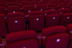 Röda platser med nummer i bion, teater, konserthall Royaltyfri Bild