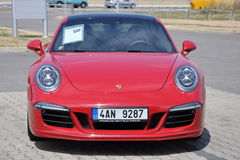 Röda Porsche 911 Carrera 4 GTS Arkivbild