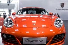 Röda Porsche Cayman S arkivbilder