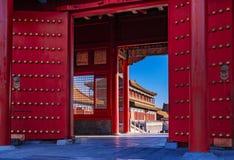 Röda portar och byggnader för traditionell kines i Forbiddenet City arkivbilder