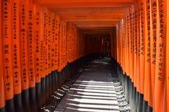 Röda portar på den Fushimi Inari Taisha relikskrin i Kyoto Japan royaltyfria foton