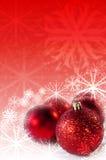 Röda prydnadar med Snowflakesbakgrund Royaltyfri Bild