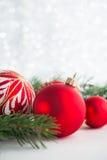Röda prydnader och xmas-trädet blänker på feriebakgrund Glad julkort fotografering för bildbyråer
