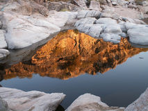Röda reflexioner och vit vaggar landskap Royaltyfria Bilder