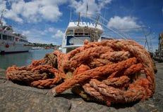 Röda rep på det spanska havet arkivbilder