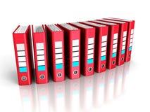 Röda Ring Binder Folders på vit bakgrund Arkivbilder