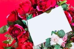Röda ro med ett tomt kort Royaltyfri Bild