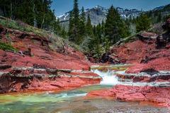 Röda Rock Creek med det Vimy maximumet och skogsmarker Arkivbilder