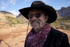 röda rocks för cowboy som ler solglasögon Royaltyfria Bilder