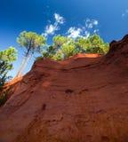 Röda rocs av jaune i Roussilon Arkivfoton