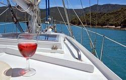 Röda Rose Wine på en yacht i de Marlborough ljuden. Arkivbilder