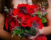 Röda rosor för studentbalbukett Arkivbilder