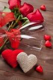 Röda rosor, hjärtor och champagneexponeringsglas Royaltyfri Foto